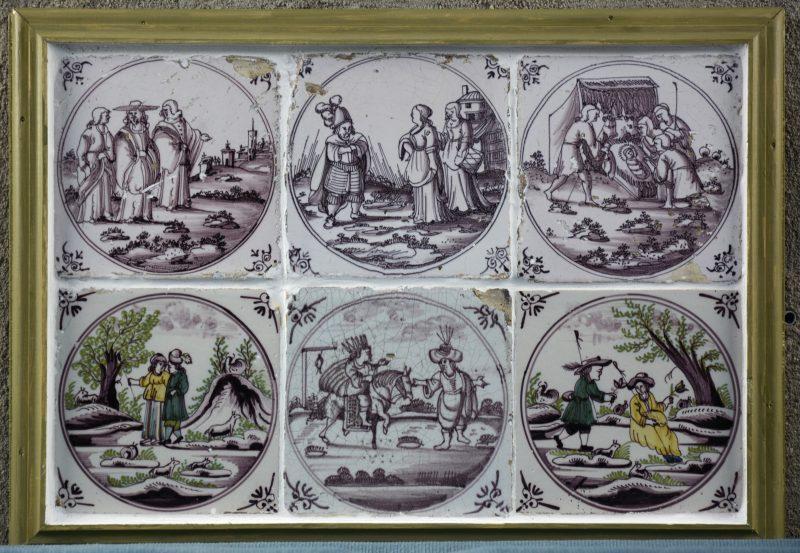 Een uit zes aardewerken tegels opgebouwd tableautje met ossenkop hoekmotieven. XVIIIe eeuw.