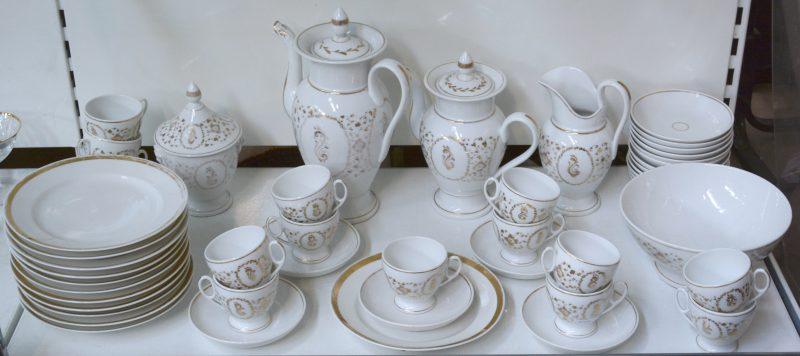 Een uitgebreid koffie- en theeservies met dessertbordjes. Compleet voor twaalf personen met enkele reservestukken. Brussel, XIXe eeuw.