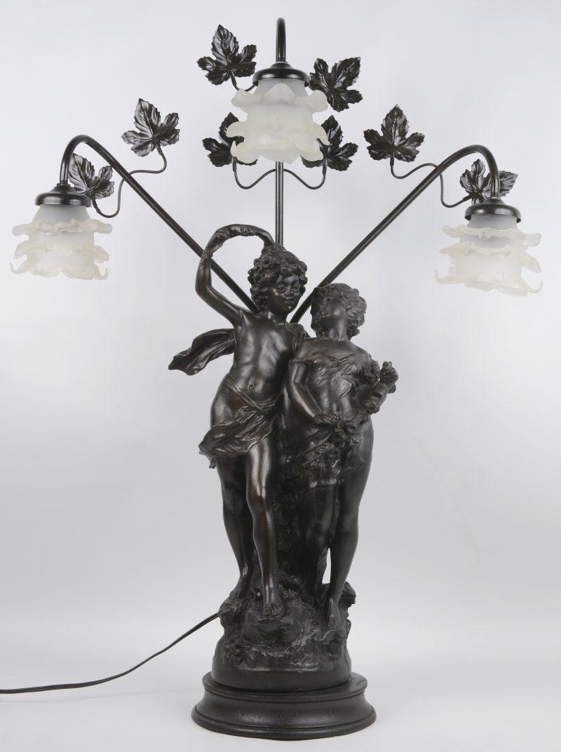 Metalen groepje naar August Moreau voorzien van drie lampen met glazen roosjes.