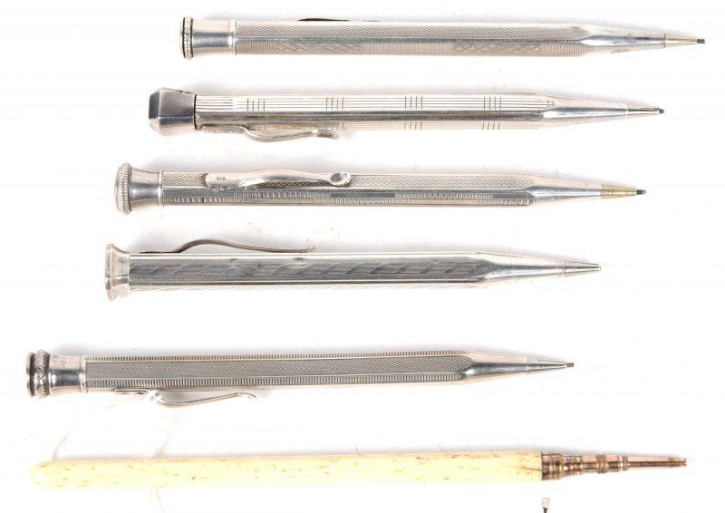 Een reeks van vijf zilveren vulpotloodjes, waarbij vier gemerkt 900‰.