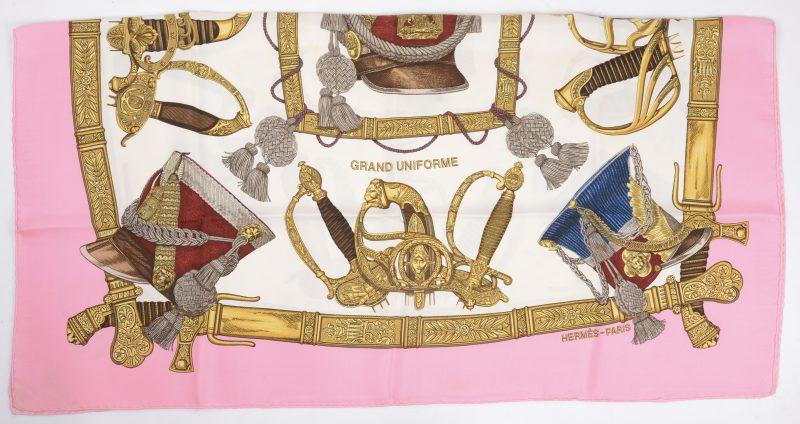 Een zijden foulard 'Grand Uniforme'. Gemerkt.