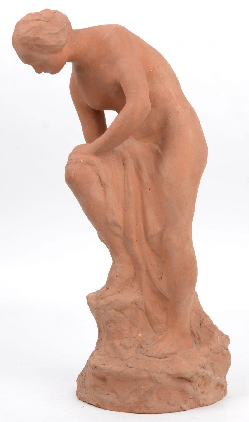 """Après le bain."" Terracotta beeld. Gesigneerd."