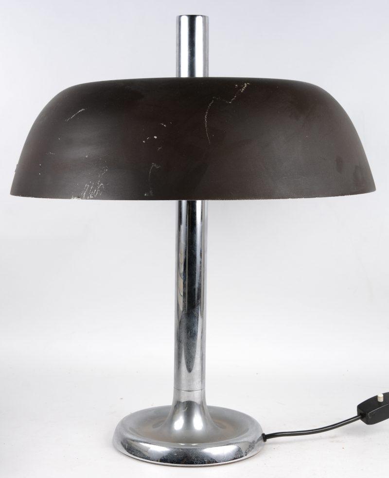Een paddestoelvormige chromé bureaulamp. Duitsland, jaren '50.