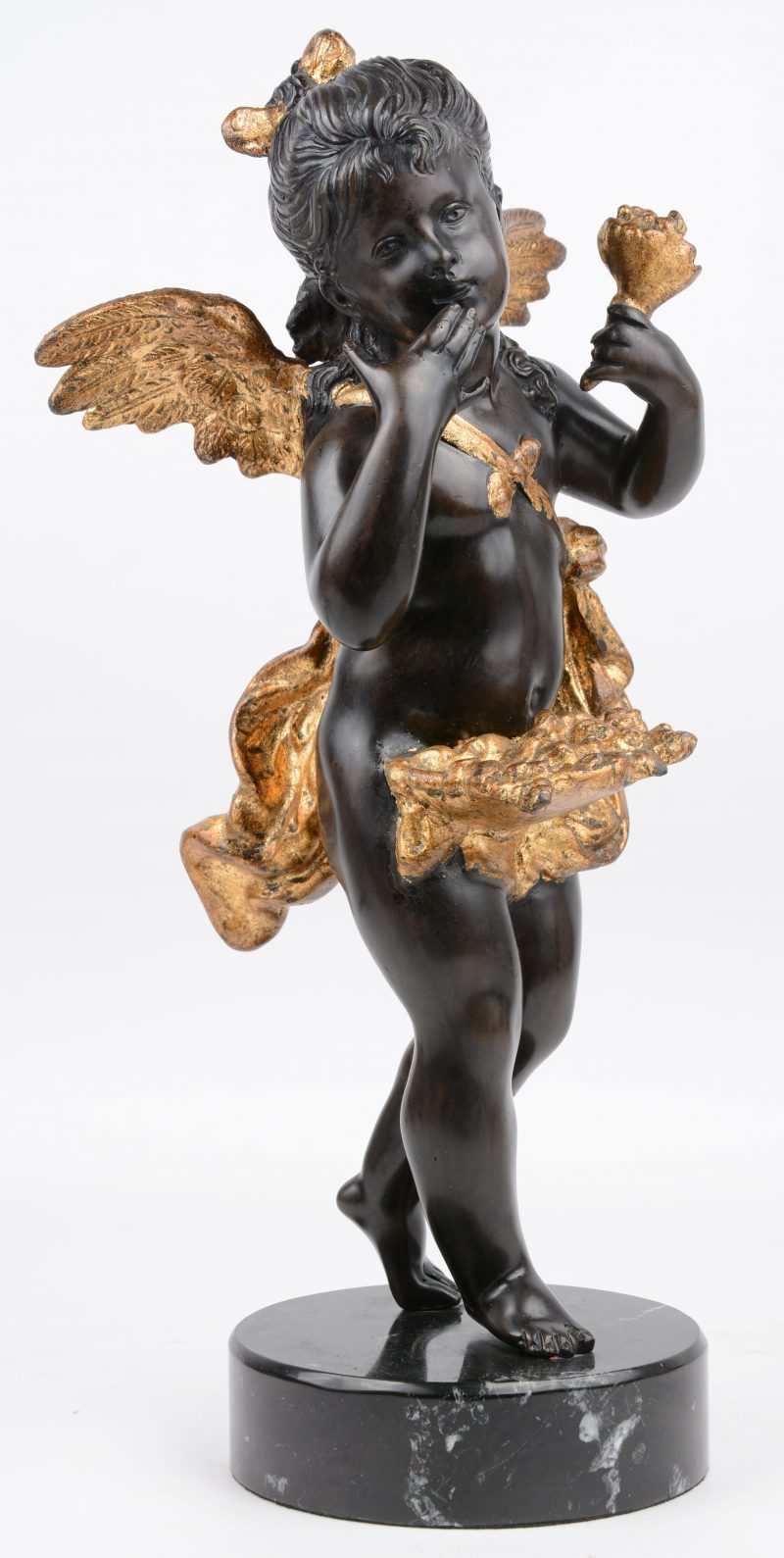 Een bronzen engel met donker patina en verguldsel op zwart marmeren sokkel. Naar een werk van J. Pradier.