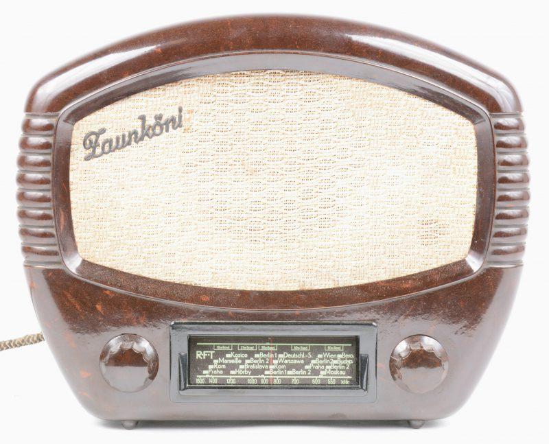 Een oude radio in bakelieten kast.
