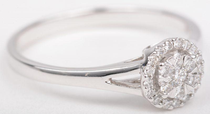 Een 18 K witgouden ring bezet met briljanten met een gezamenlijk gewicht van +- 0,20 ct.