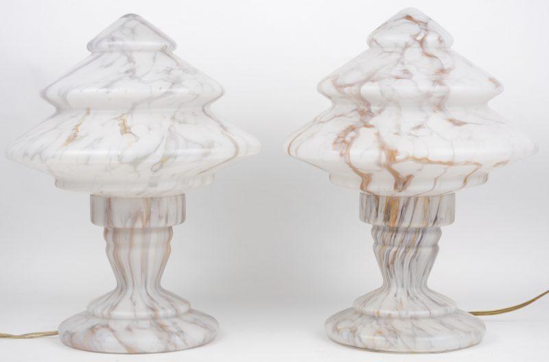 Een paar gesatineerd glazen lampen met gemarmerde motieven. Frans werk.